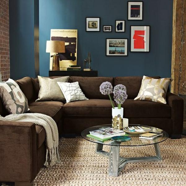 tapis-sisal-petite-table-en-bois-et-verre-et-sofa-marron-d'angle
