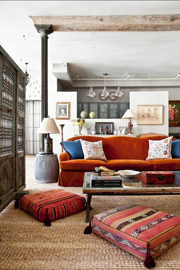 tapis-sisal-poufs-rectangulaires-et-sofa-rouge