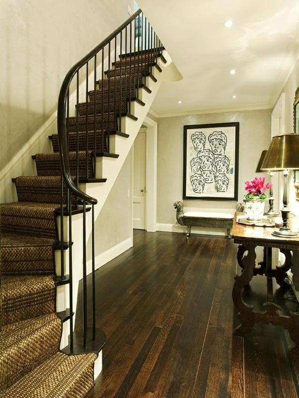 tapis-sisal-pour-l'escalier-plancher-en-bois-sombre