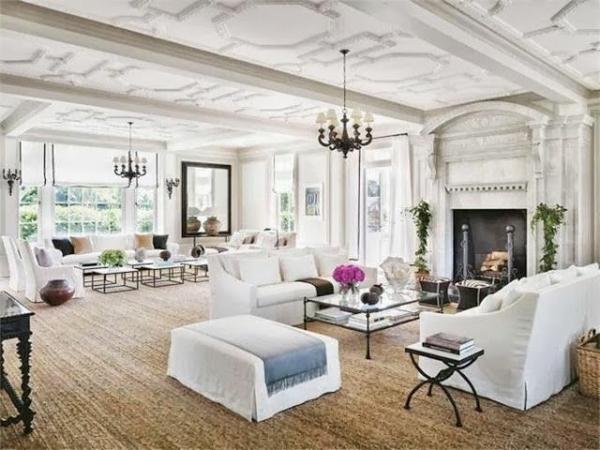 tapis-sisal-salon-vaste-et-clair-un-plafond-peint-blanc