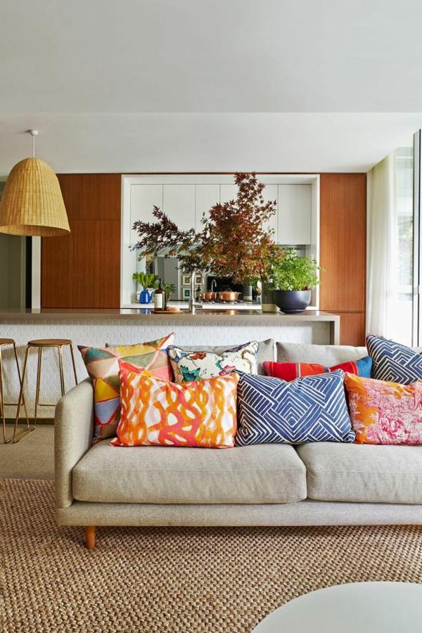 tapis-sisal-sofa-en-couleur-taupe-coussins-colorés