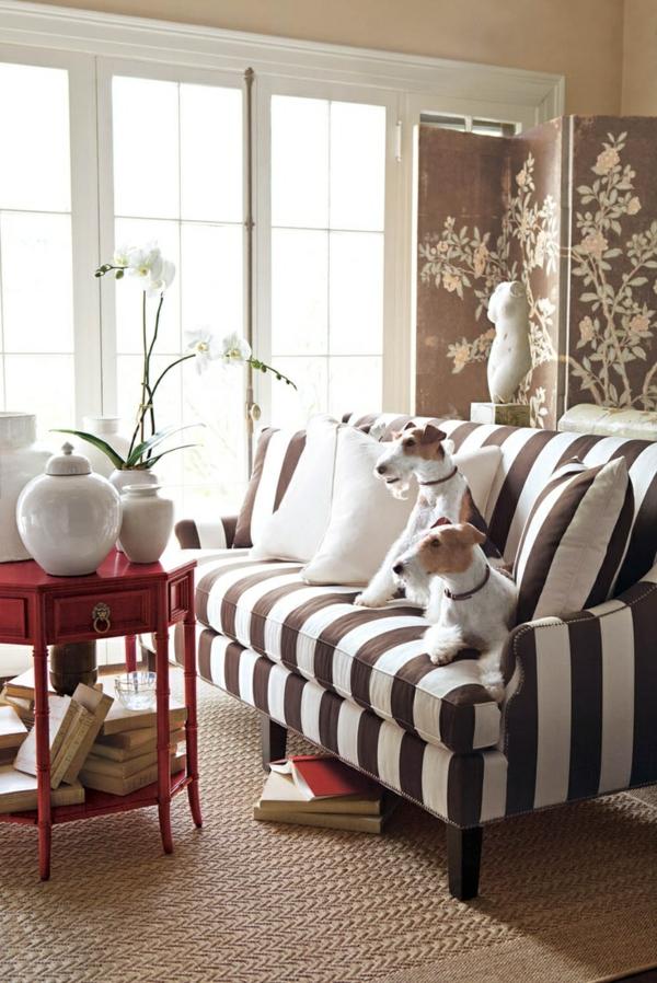 tapis-sisal-sofa-rayé-et-table-rouge-originale