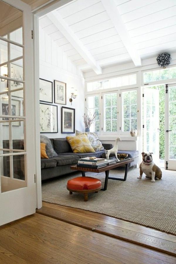 tapis-sisal-un-petit-tabouret-rouge-et-haut-plafond