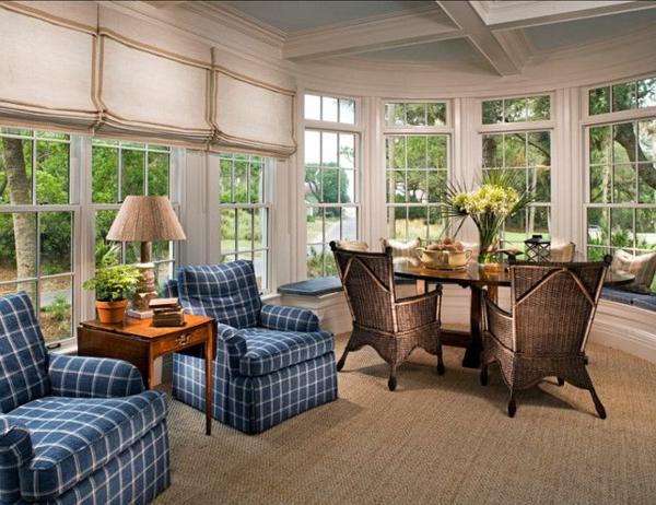 tapis-sisal-une-grande-salle-lumineuse-fauteuils-bleus