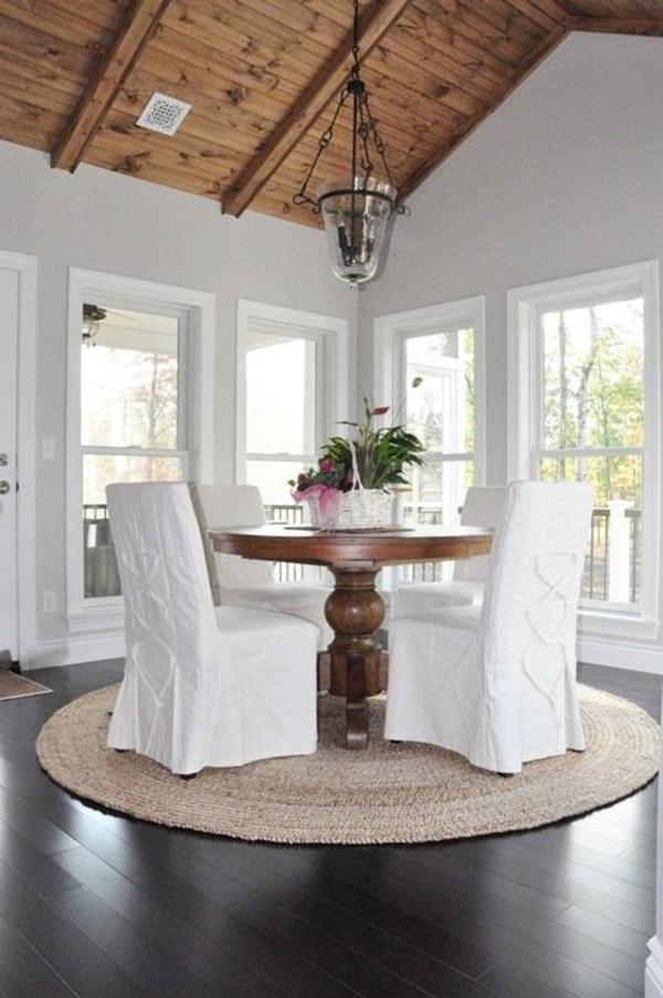 tapis-sisal-une-table-ronde-et-grandes-chaises