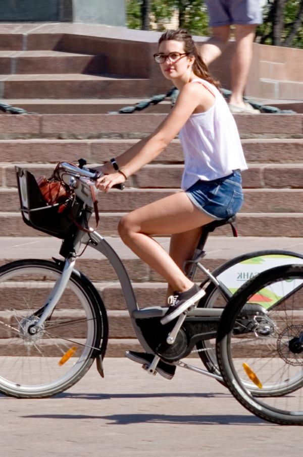 tenue-de-cycliste-vert-prendre-vélo-de-la-rue-resized