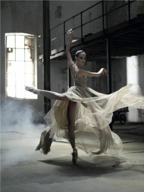 tenue-de-danse-moderne-danseuse-unique-et-une-robe-superbe
