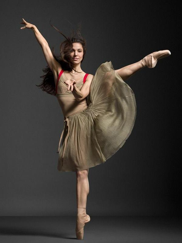 tenue-de-danse-moderne-jolie-robe-en-couleur-neutre