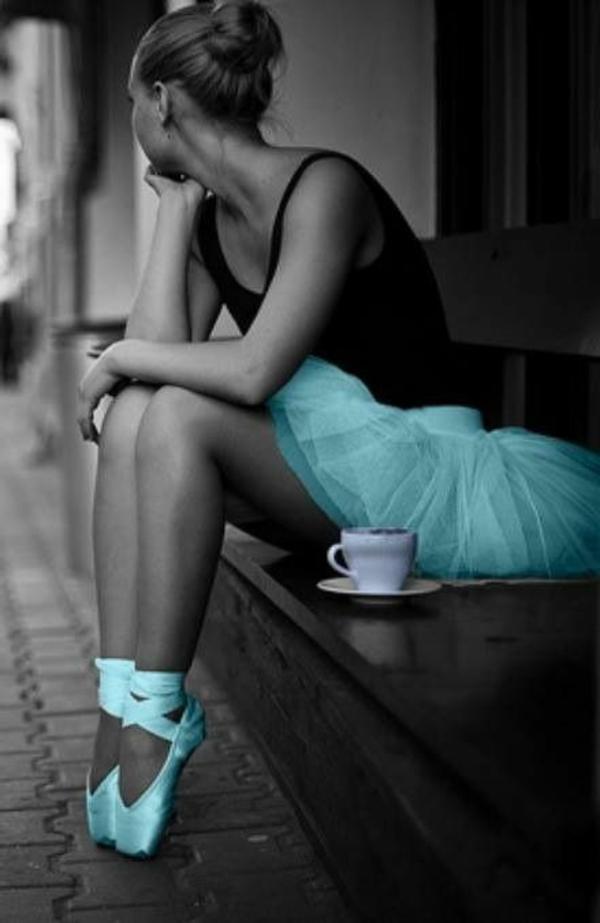 tenue-de-danse-moderne-jupe-et-chaussures-de-ballet-bleus