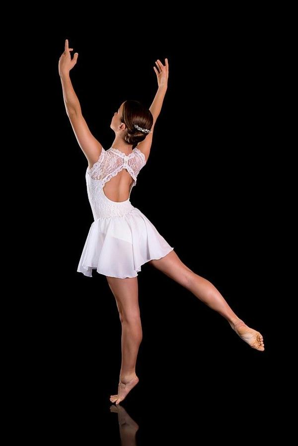 tenue-de-danse-moderne-robe-blanche
