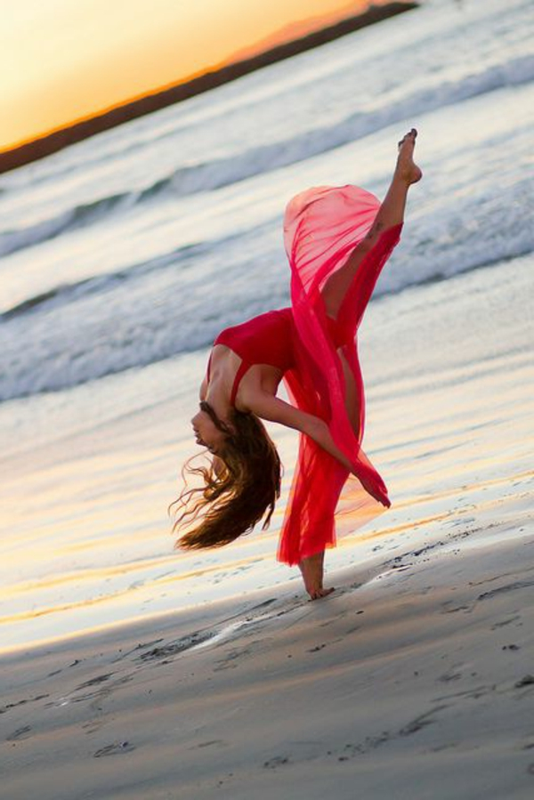tenue-de-danse-moderne-robe-rouge-avec-chiffon