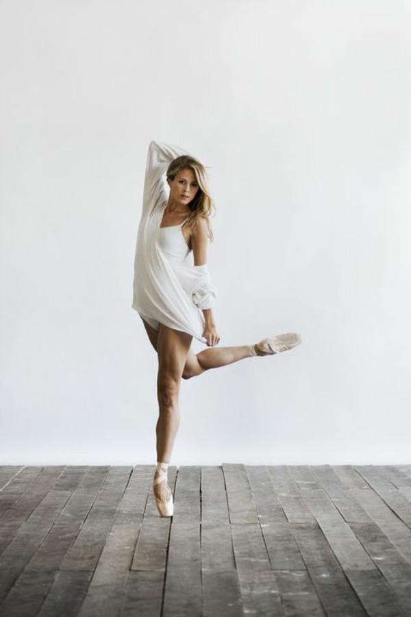 tenue-de-danse-moderne-un-costume-blanc