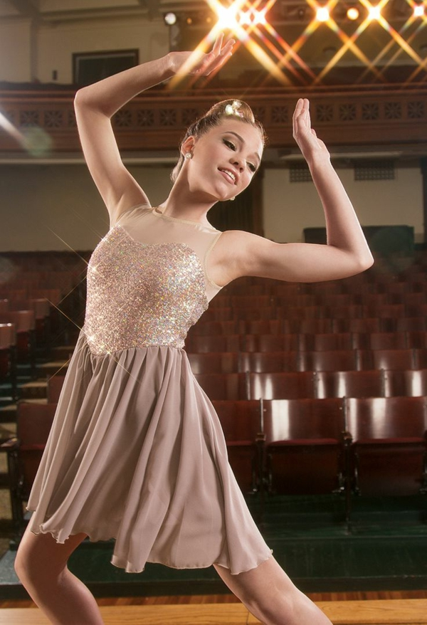 tenue-de-danse-moderne-une-danseuse-moderne