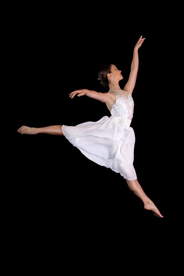 tenue-de-danse-moderne-une-douce-robe-blanche