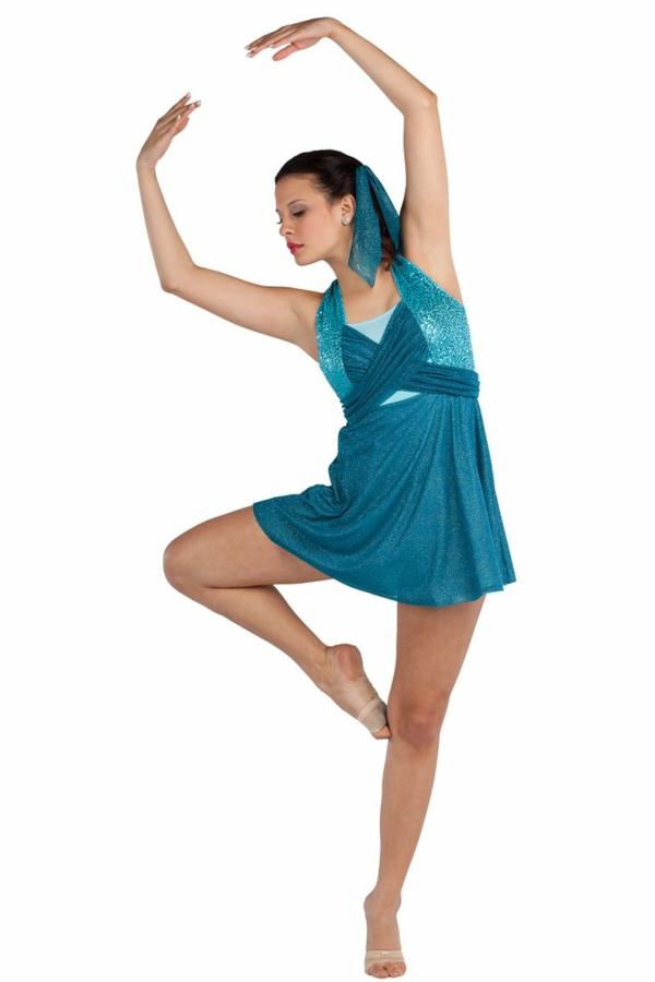 tenue-de-danse-moderne-une-petite-robe-bleue