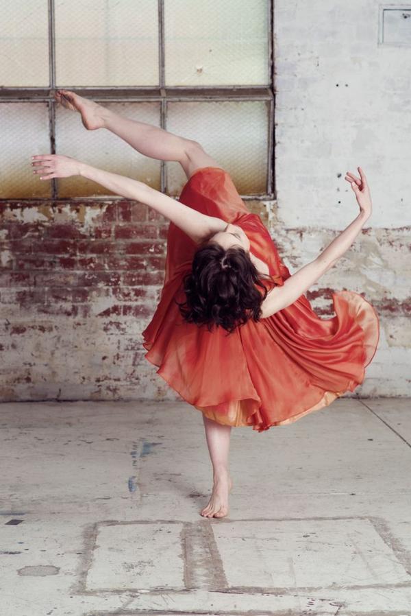 tenue-de-danse-moderne-une-pose-de-danse-fantastique