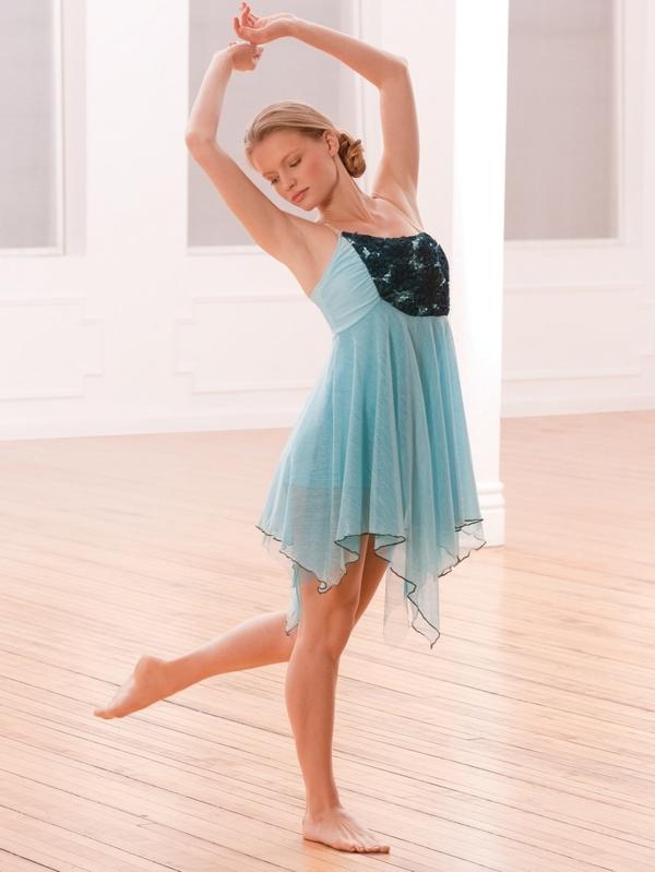 tenue-de-danse-moderne-une-robe-bleue