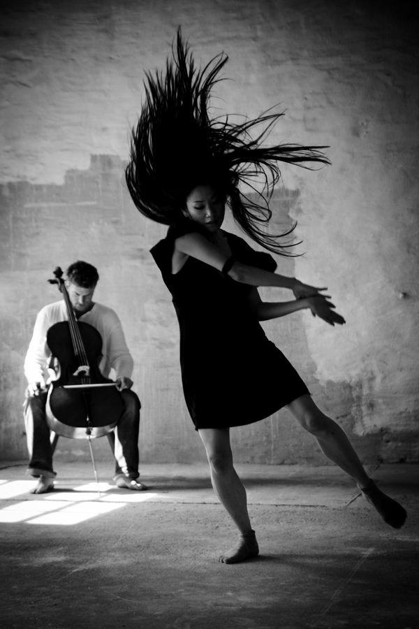 tenue-de-danse-moderne-une-robe-simple-en-noir