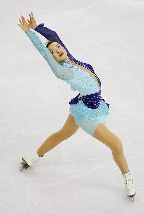 tenue-de-patinage-artistique-en-bleu