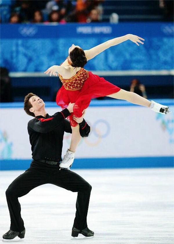 tenue-de-patinage-artistique-en-rouge-et-noir