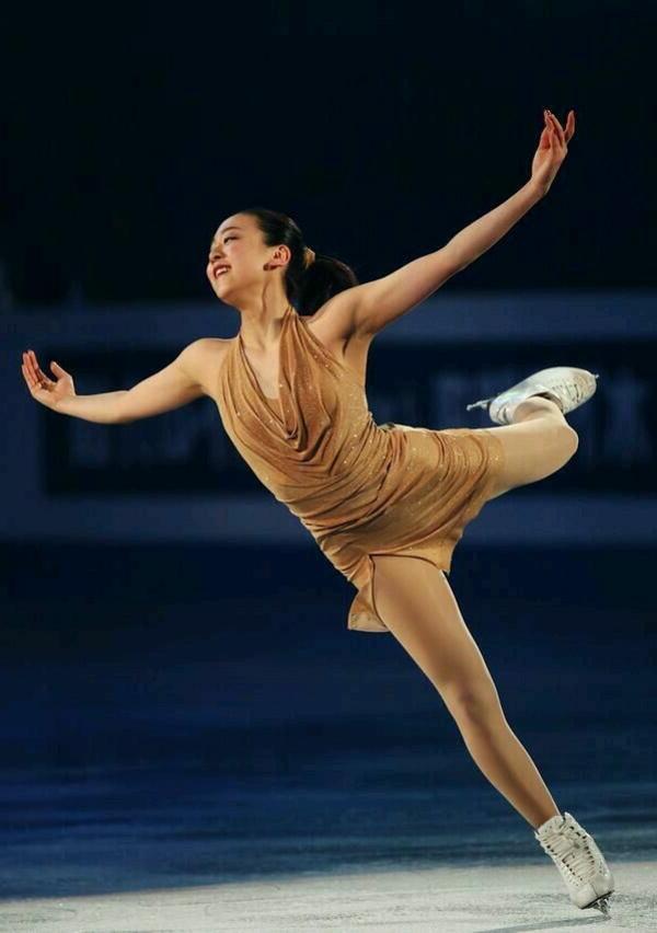 tenue-de-patinage-artistique-pose-de-joie-et-de-triomphe