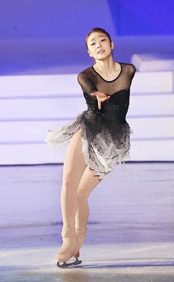 tenue-de-patinage-artistique-robe-avec-partie-supérieure-transparente