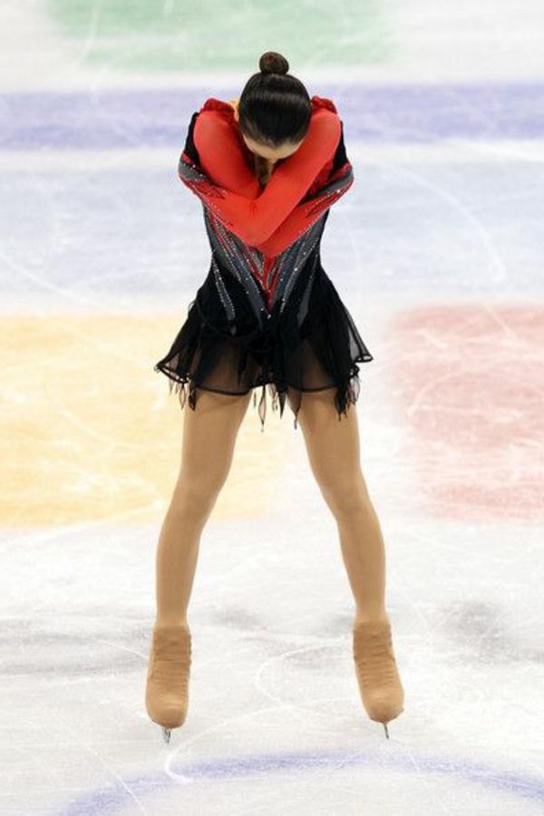 tenue-de-patinage-artistique-robe-en-rouge-et-noir