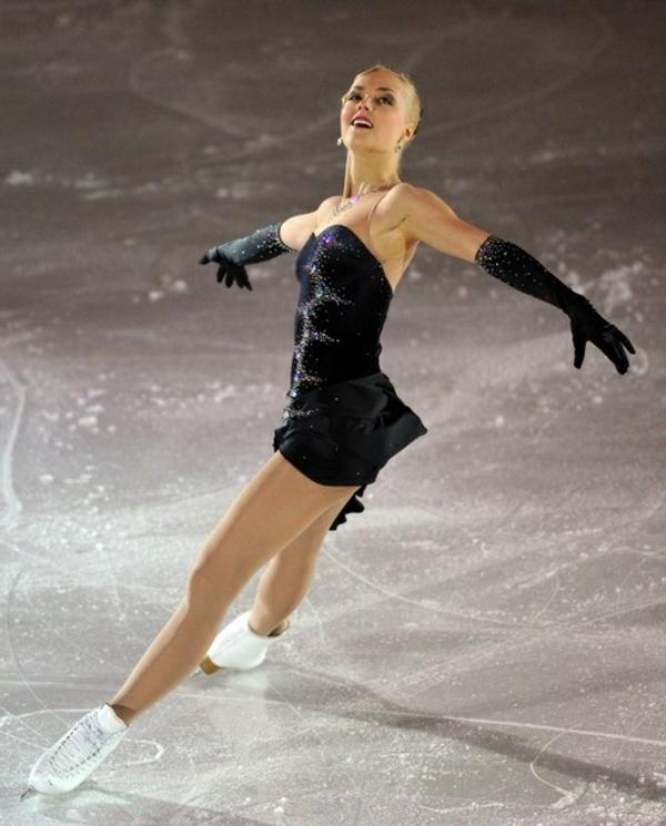 tenue-de-patinage-artistique-robe-incrustée-de-pierres-brillantes