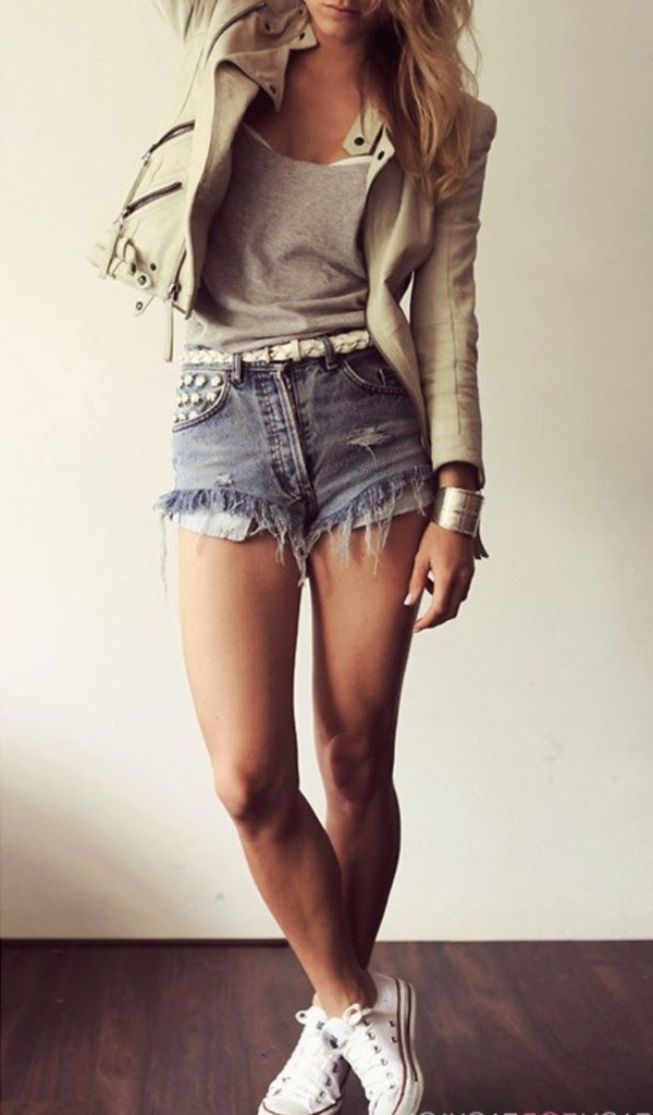 tenue-de-soirée-ou-tenue-chic-en-cuir-pantalons-courtes