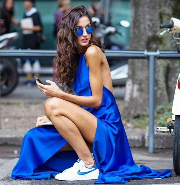 tenue-en-bleue-robe-baskets-femme-lunette-de-soleil-ronde