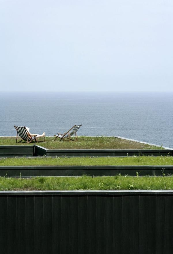 toit-végétal-et-deux-chaises-longues