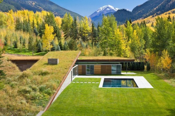 toit-végétal-une-maison-aux-pieds-de-la-montagne
