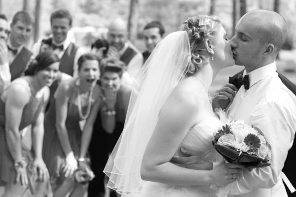 tous-amis-couple-participe-mariage-robe-et-coiffure-de-mariée