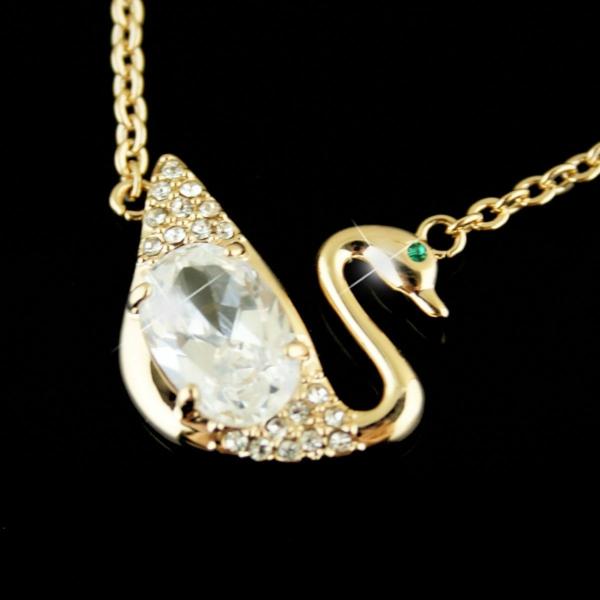 une-accessoire-de-swarovski-symbole-dorée-cristaux