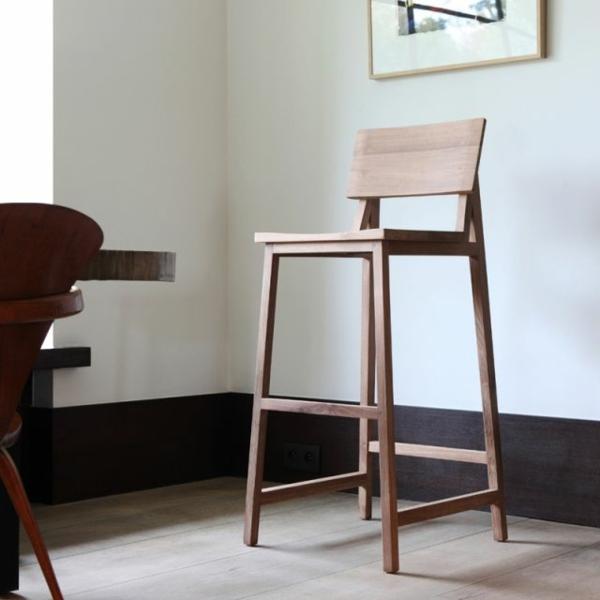 une-chaise-haute-de-bar-classique