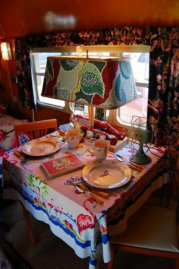 van-aménagé-intérieur-coloré-cuisine