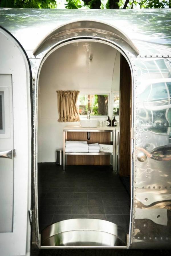 van-aménagé-intérieur-luxe-carrelage-bois-petit-fourgon