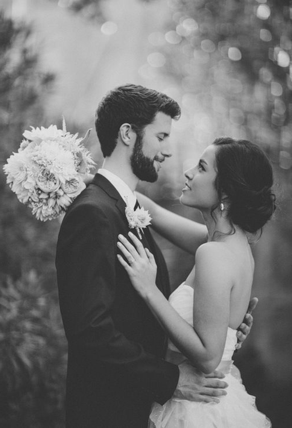 zele-couple-mariée-heureux-jolie-bouquet-de-fleurs