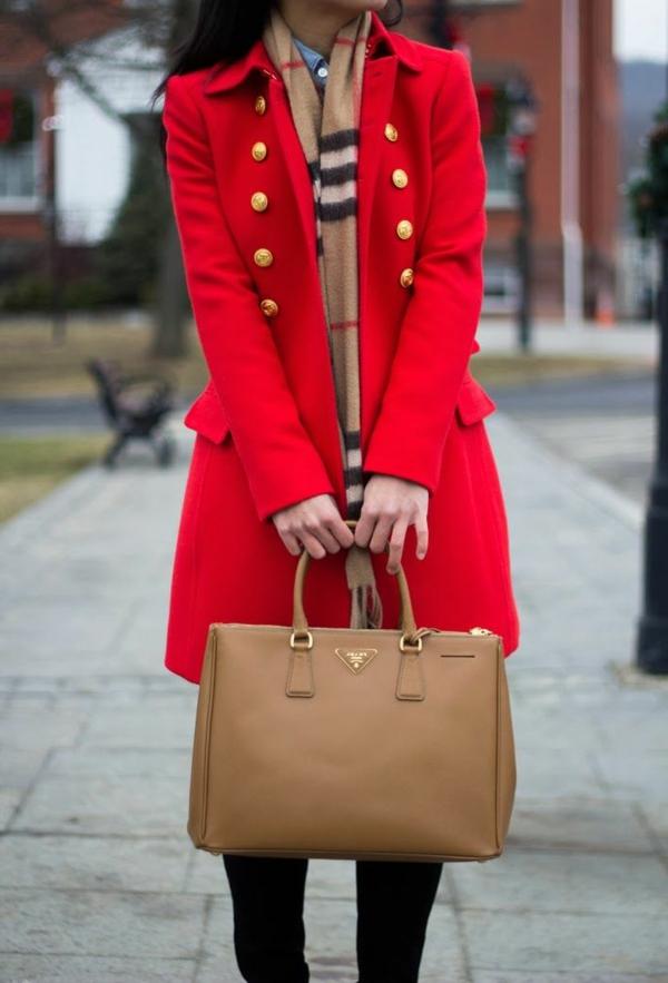 écharpe-femme-mode-tenue-en-rouge-sac-a-main-prada