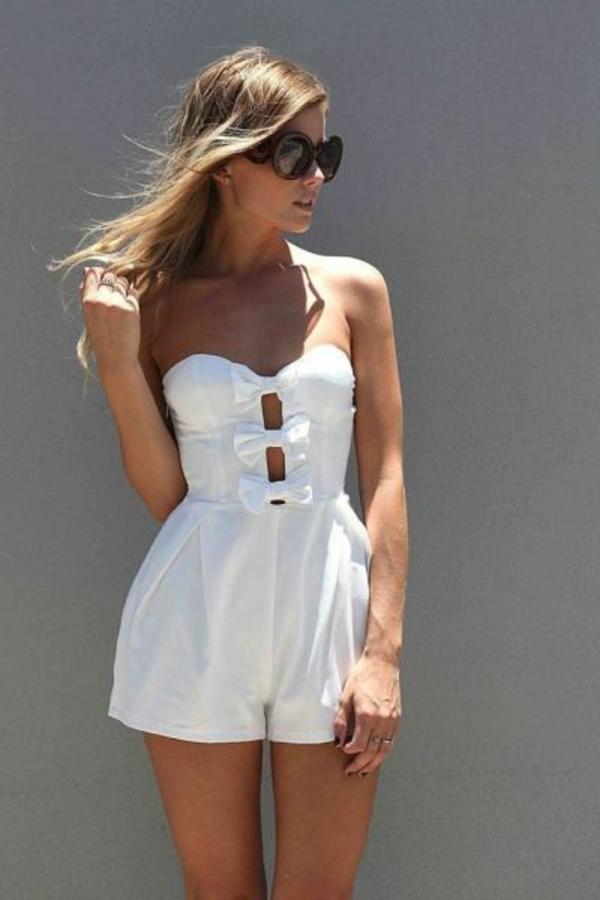 élégante-femme-lunettes-de-soleil-combinaison-blanc-court-fille-avec-teint-ete-