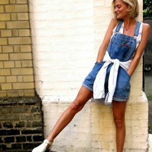 La salopette en jean , une survivance ou un hit moderne?