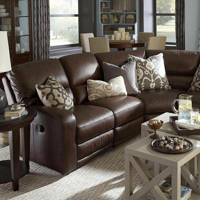 0-salon-en-cuir-marron-foncé-coussins-décoratifs-lampe-de-lecture-fenetre-table-en-bois