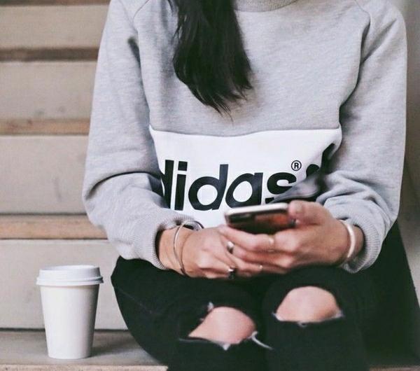 0-sweatshirt-gris-adidas-femme-jean-troué-noir-mode-tendance