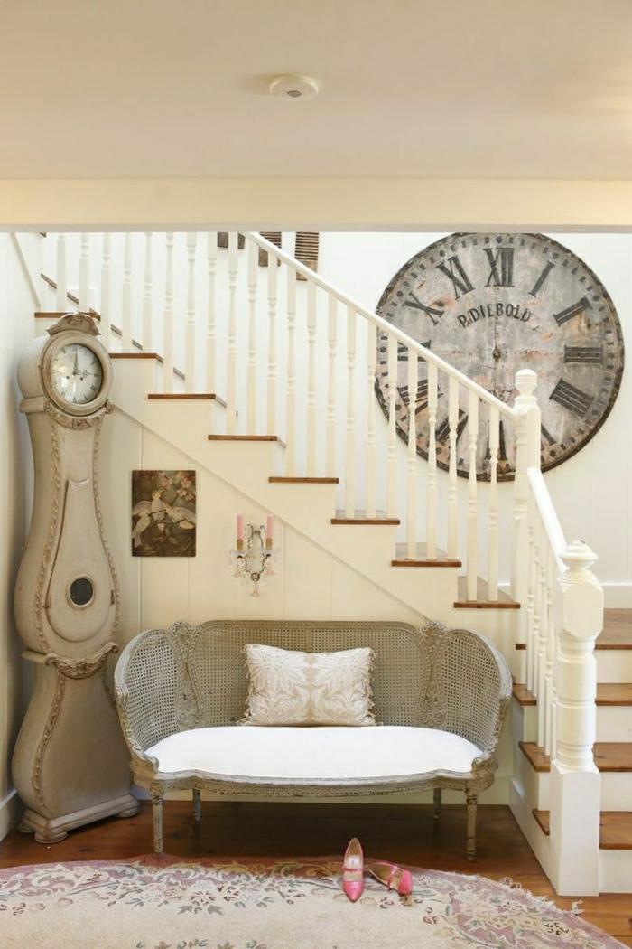 1-élégante-horloge-murale-de-couleur-blanche-idée-escalier-blanche-tapis-entrée