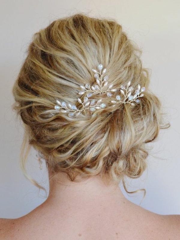 1-accessoire-de-cheveux-fille-dos-ouvert-blonde-doré