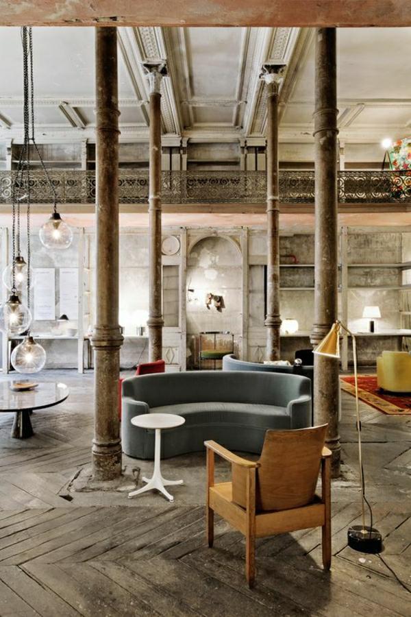 1-aménagement-industriels-canapé-en-cuir-vintage-chaise-en-bois-ancienne-lampe-de-lecture