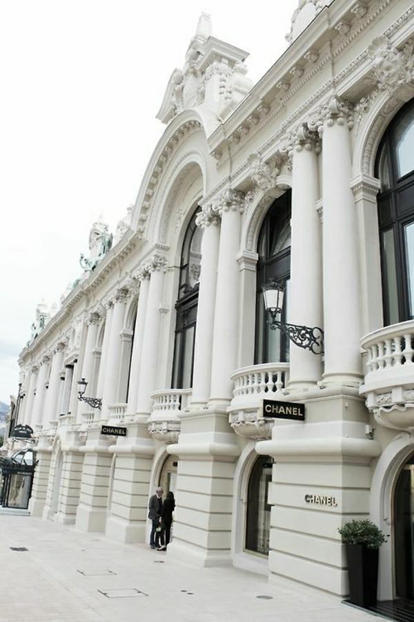 1-architecture-classique-batiment-classique-blanc-ornement-riche