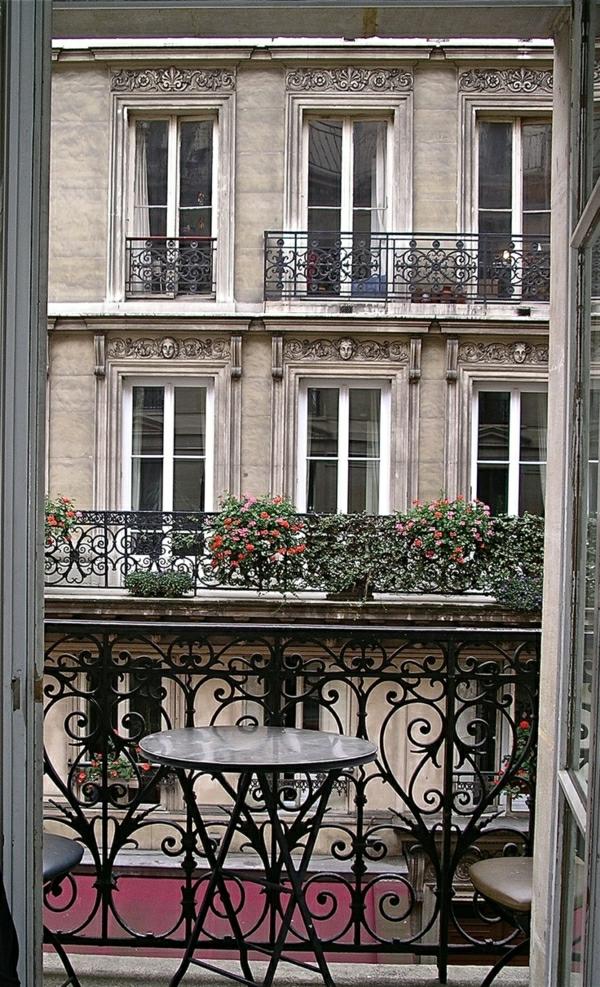 1-architecture-classique-terrasse-table-en-fer-balcon-belle-vue