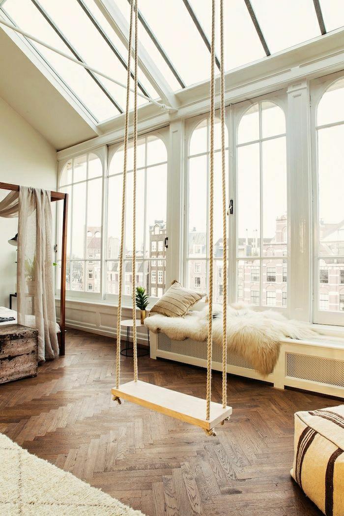 1-ateliers-et-lofts-berceau-dans-le-salon-tapis-blanc-fenetre-avec-belle-vue-parquet-coussins