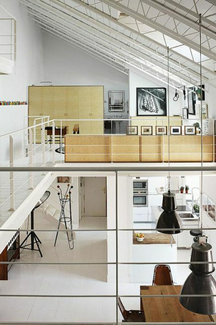 1-ateliers-et-lofts-plafond-haut-intérieur-blanc-plafond-en-verre-mansardé-chambre-pleine-de-lumière
